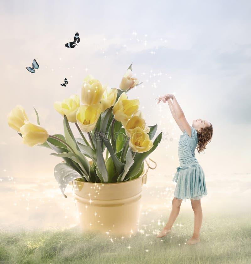 Kleines Mädchen mit großen Blumen stockfotos