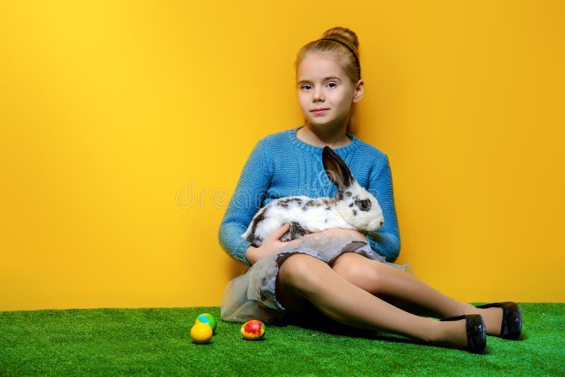 Kleines Mädchen mit Häschen stockfoto