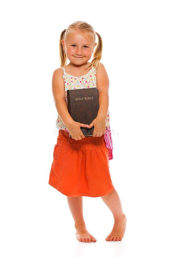 Kleines Mädchen mit heiliger Bibel lizenzfreie stockbilder
