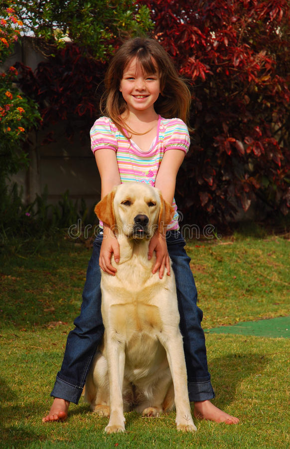 Kleines Mädchen mit Hund stockfotos