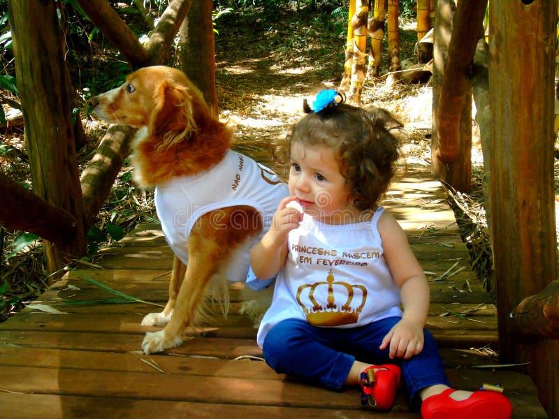 Kleines Mädchen mit Hund lizenzfreie stockbilder