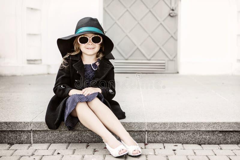 Kleines Mädchen mit Hut stockbilder