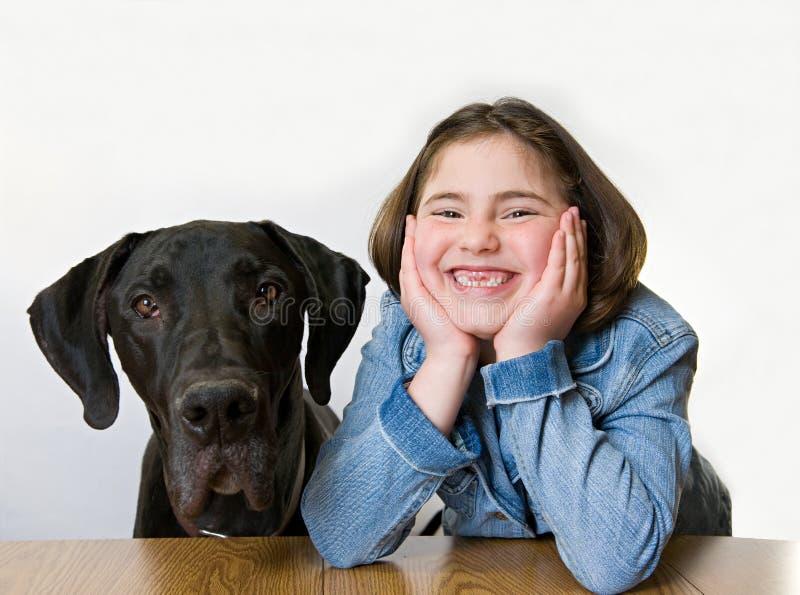 Kleines Mädchen mit ihrem Hund lizenzfreie stockfotos