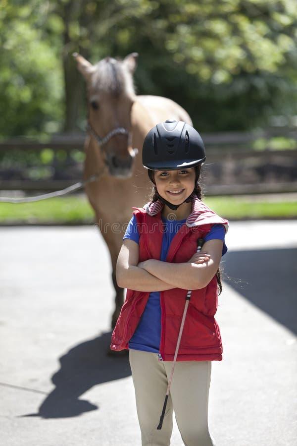 Kleines Mädchen mit ihrem Lieblingspferd stockfoto