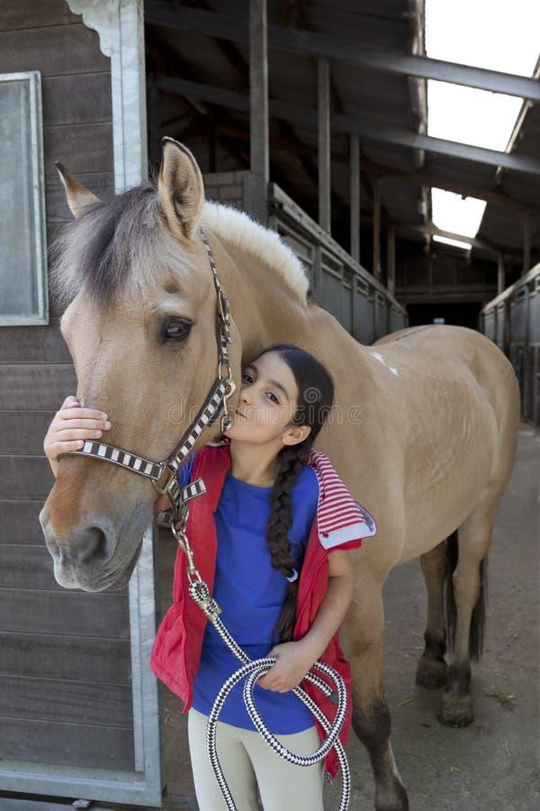 Kleines Mädchen mit ihrem Lieblingspferd lizenzfreies stockbild