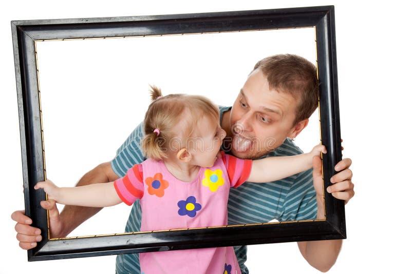 Kleines Mädchen mit ihrem Vati stockbild