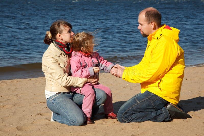 Kleines Mädchen mit ihren Muttergesellschaftn am Strand lizenzfreies stockfoto