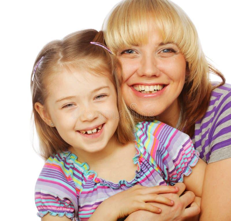 Kleines Mädchen mit ihrer glücklichen Mutter lokalisiert auf Weiß lizenzfreies stockfoto