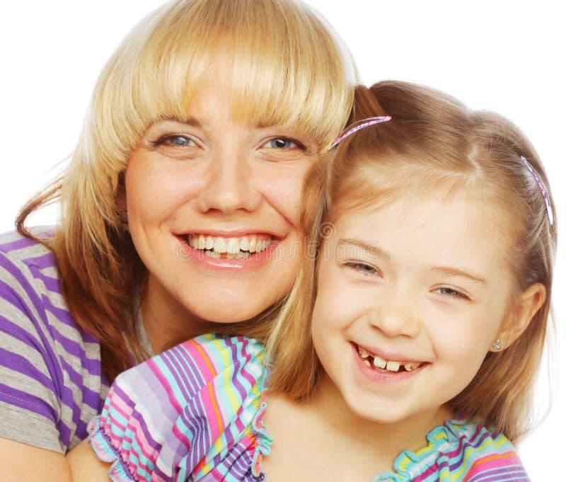 Kleines Mädchen mit ihrer glücklichen Mutter lokalisiert auf Weiß lizenzfreies stockbild