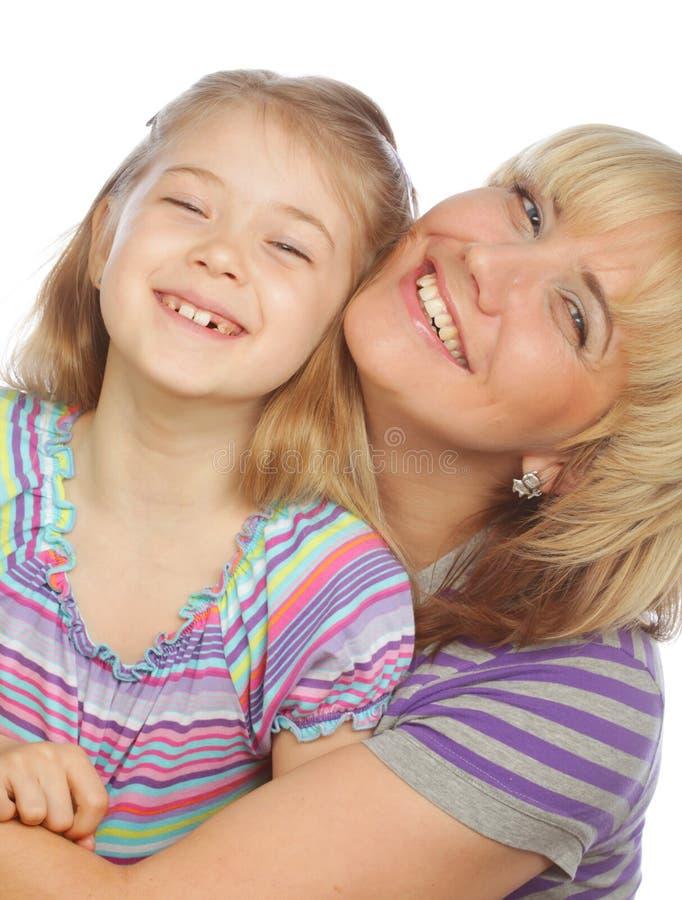 Kleines Mädchen mit ihrer glücklichen Mutter lokalisiert auf Weiß lizenzfreie stockfotos