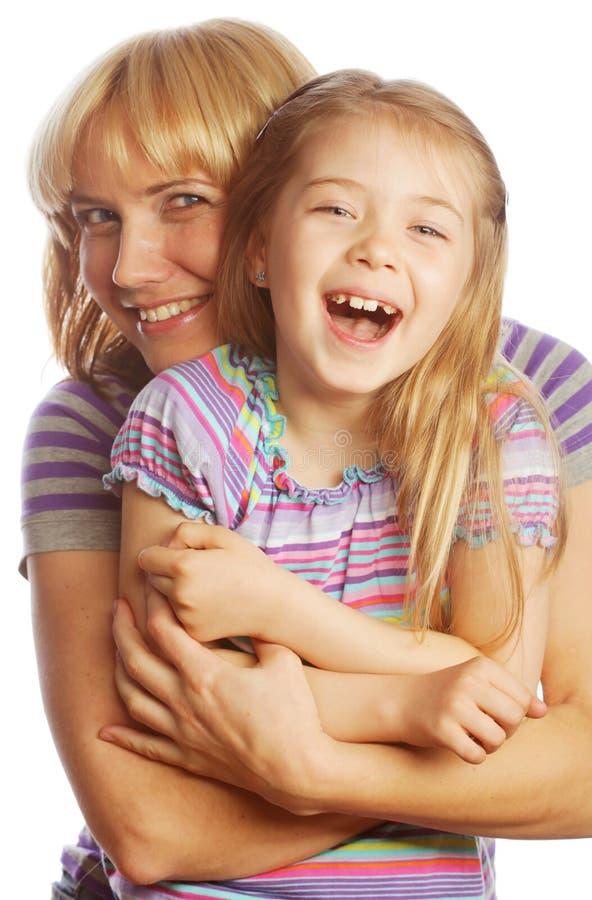 Kleines Mädchen mit ihrer glücklichen Mutter lokalisiert auf Weiß stockfotos