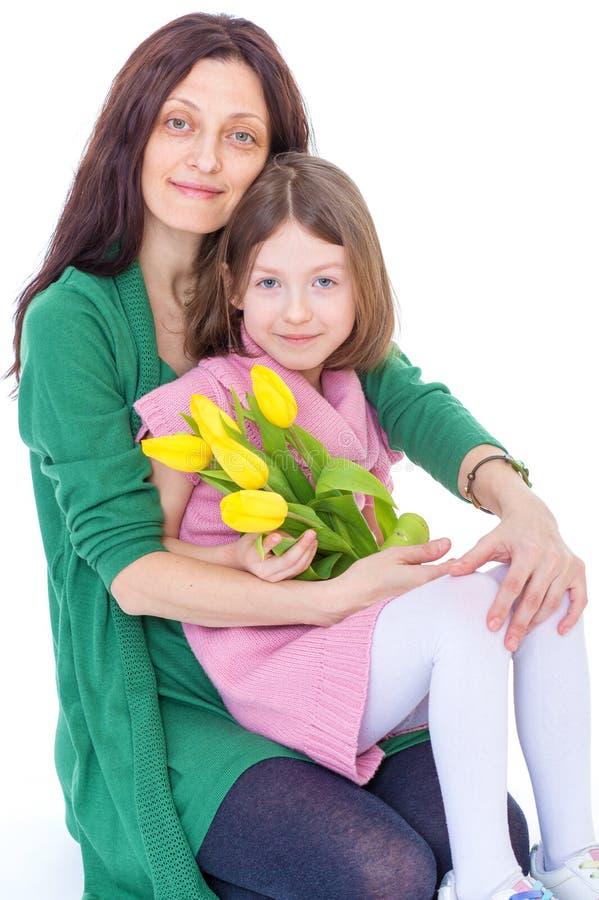 Kleines Mädchen mit ihrer Mutter. stockbild