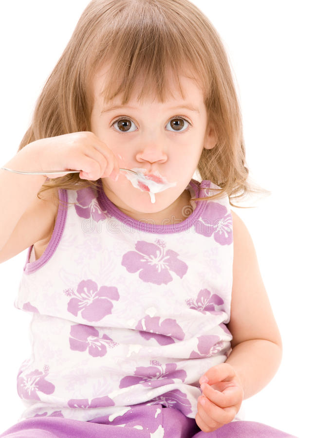 Kleines Mädchen mit Joghurt stockfoto