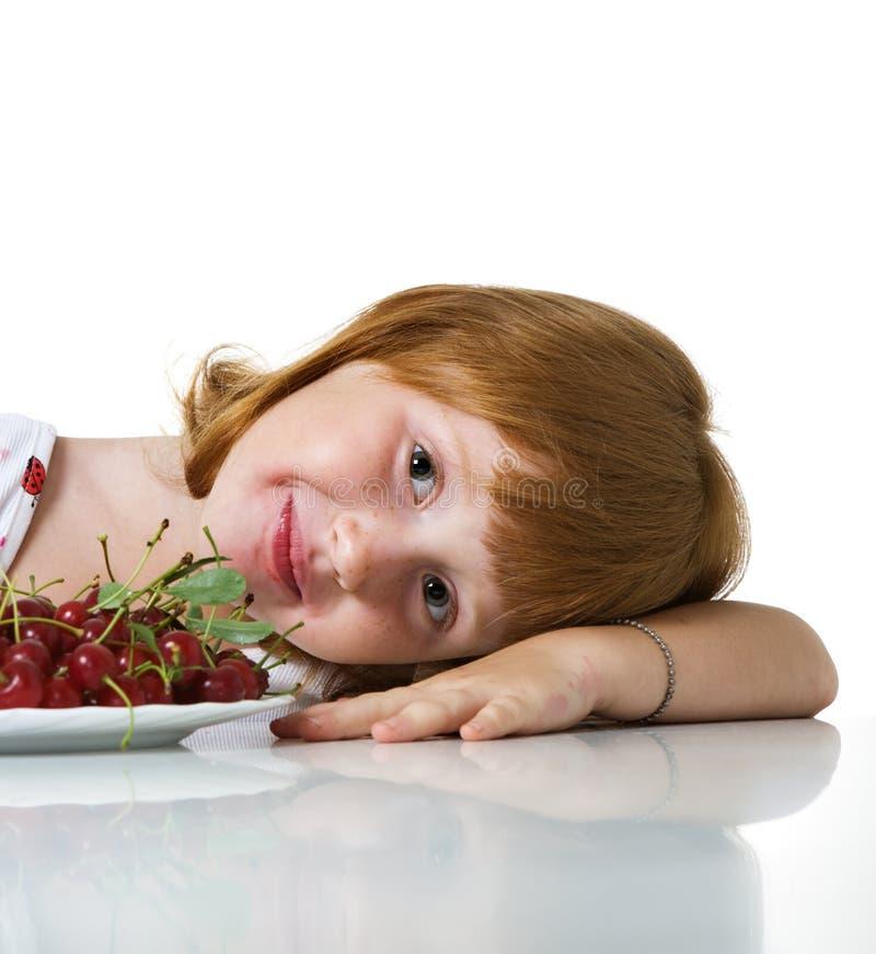 Kleines Mädchen mit Kirsche stockbild