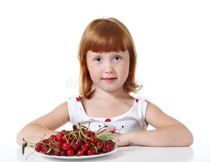 Kleines Mädchen mit Kirsche lizenzfreies stockbild
