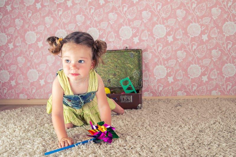 Kleines Mädchen mit Koffer stockfotos