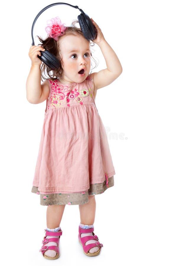 Kleines Mädchen mit Kopfhörern lizenzfreie stockfotos