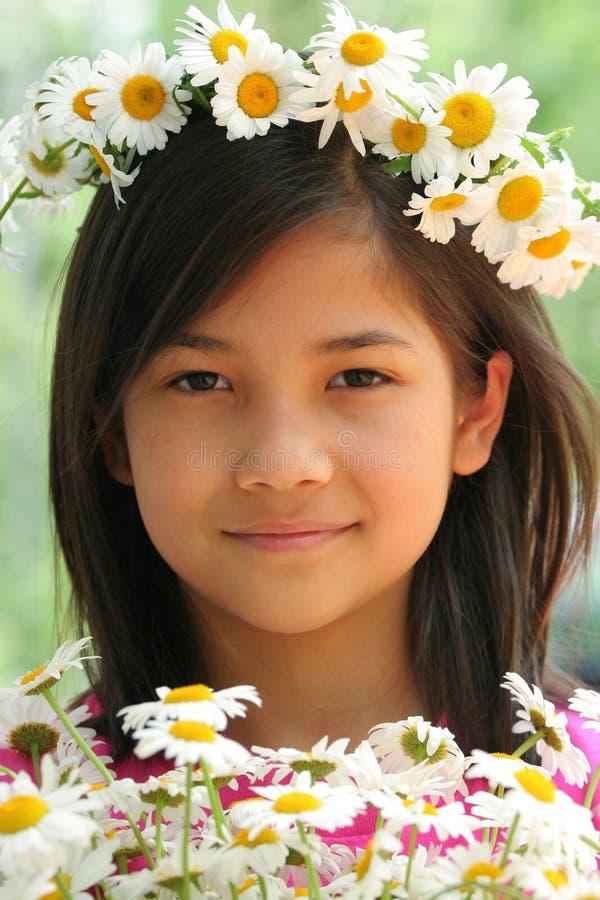 Kleines Mädchen mit Krone der Gänseblümchen stockfotografie