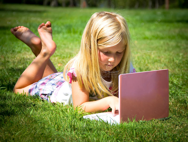 Kleines Mädchen mit Laptop stockfotografie