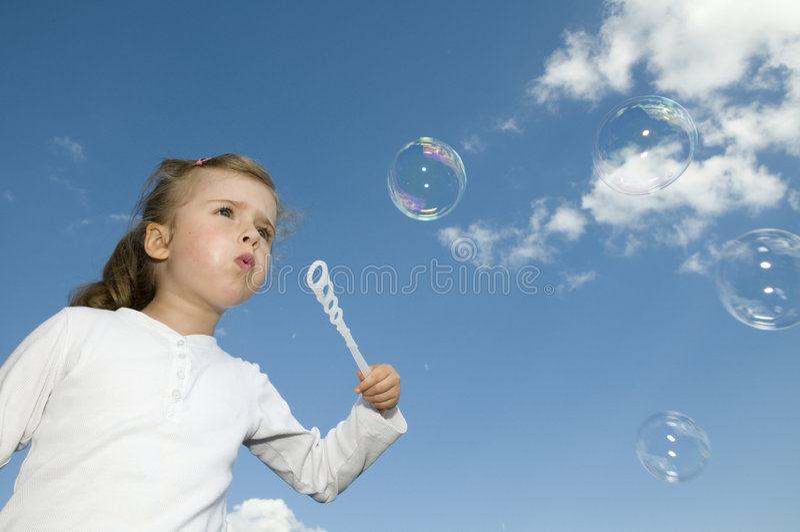 Kleines Mädchen mit Luftblasen stockbilder