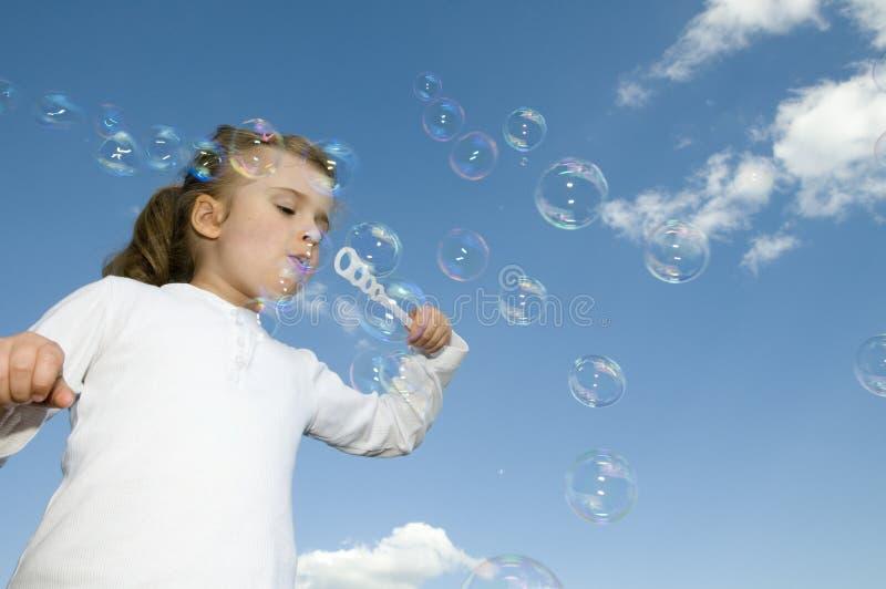 Kleines Mädchen mit Luftblasen lizenzfreies stockbild
