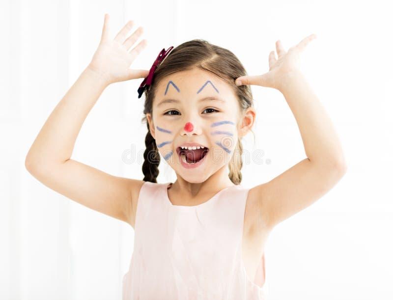 kleines Mädchen mit Miezekatze gemaltem Gesicht lizenzfreies stockbild
