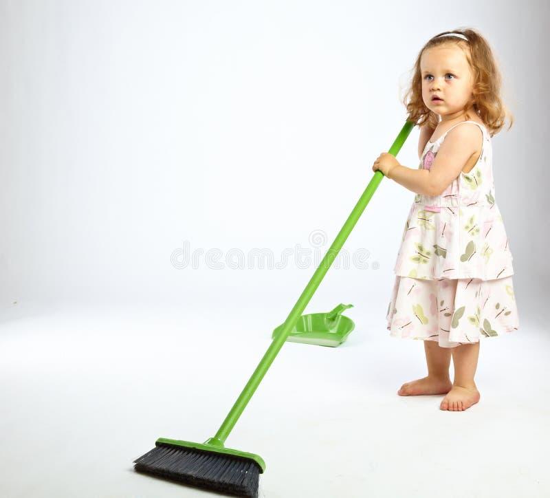 Kleines Mädchen mit Mopp stockbilder