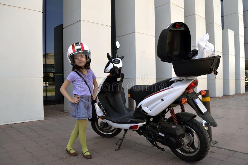 kleines m dchen mit motorrad stockbild bild von motorrad garage 32276021. Black Bedroom Furniture Sets. Home Design Ideas