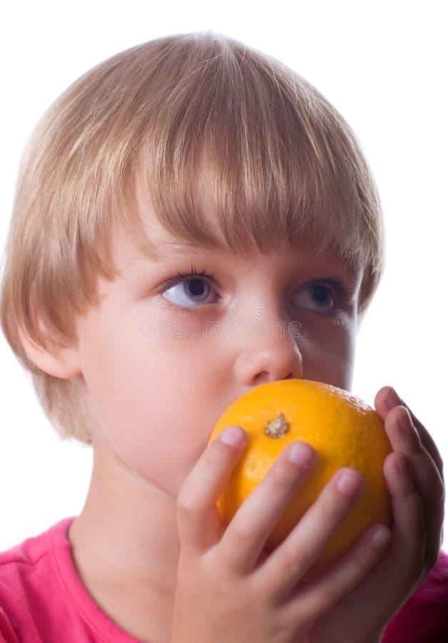 Kleines Mädchen mit Orange stockfotografie