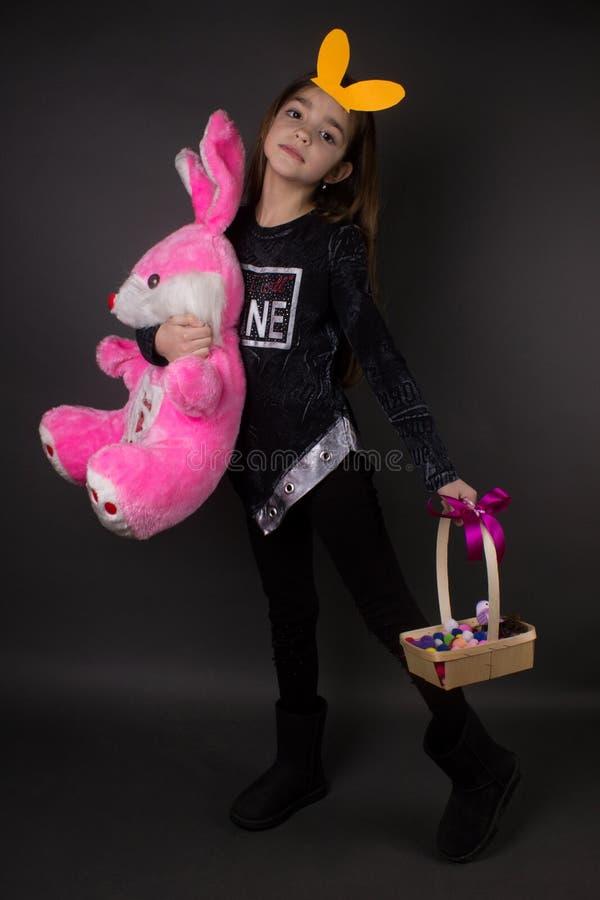 Kleines Mädchen mit Ostern-Dekoration und -spielzeug lizenzfreie stockfotografie