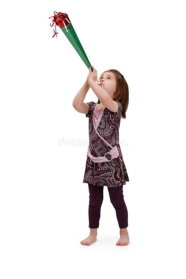 Kleines Mädchen mit Parteihupe stockfotos