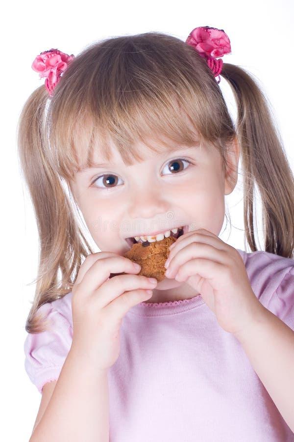 Kleines Mädchen mit Plätzchen stockfotografie