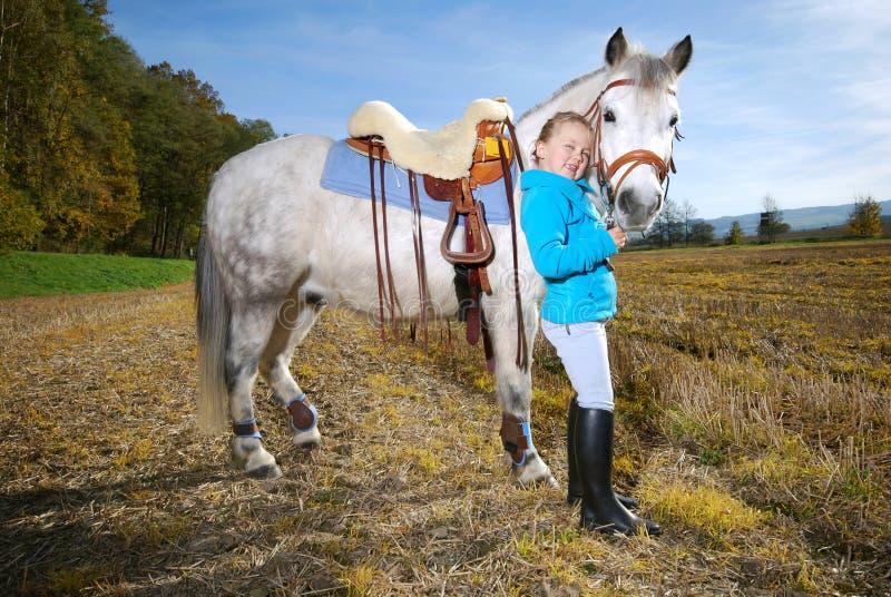 Kleines Mädchen mit Pony stockfotos