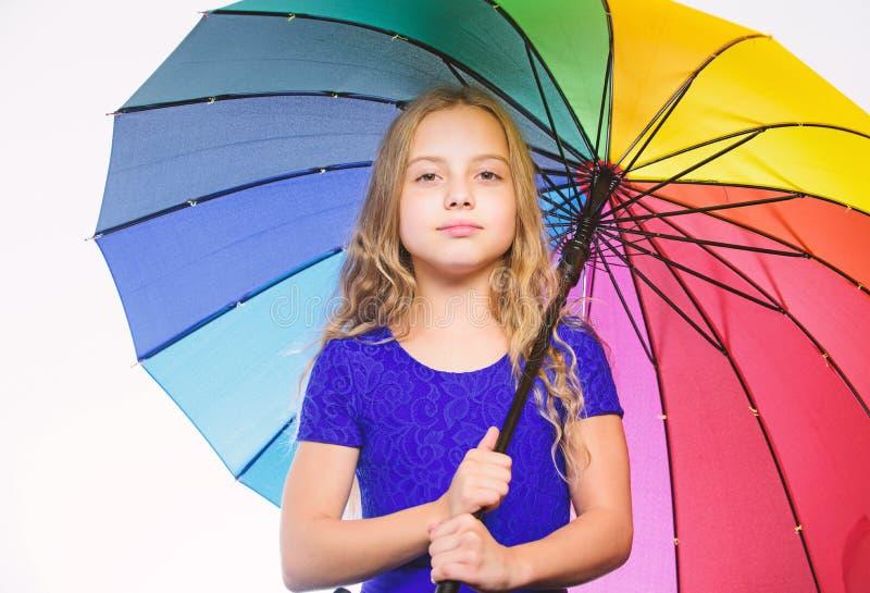 Kleines Mädchen mit Regenschirm Autumn Fashion Bleiben Sie obwohl Herbstregenjahreszeit positiv Heller Zusatz für Herbst ideen stockbild