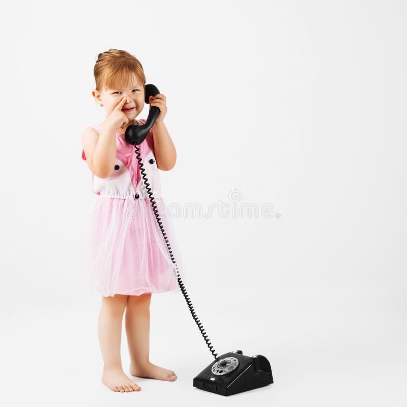 Kleines Mädchen mit Retro- Telefon lizenzfreie stockfotos
