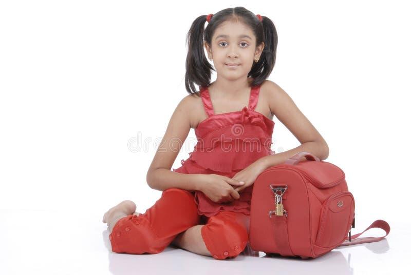 Kleines Mädchen mit rotem Beutel lizenzfreie stockfotos