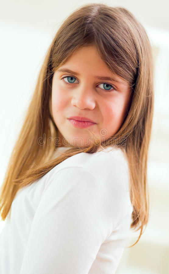 Kleines Mädchen mit schönen blauen Augen und einem gesunden Haar stockfoto