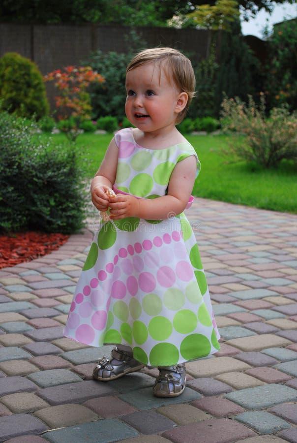 Kleines Mädchen mit Schmucksachen stockbild