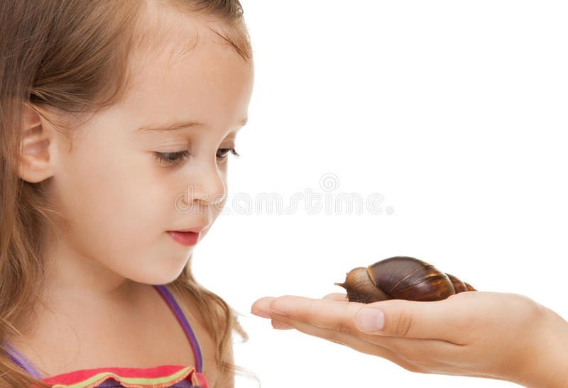 Kleines Mädchen mit Schnecke stockfoto