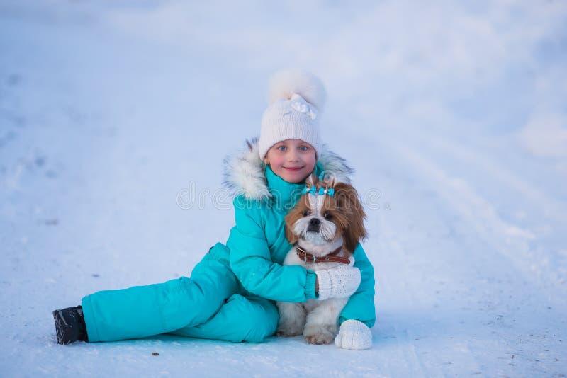 Kleines Mädchen mit Schoßhund für einen Weg stockbilder