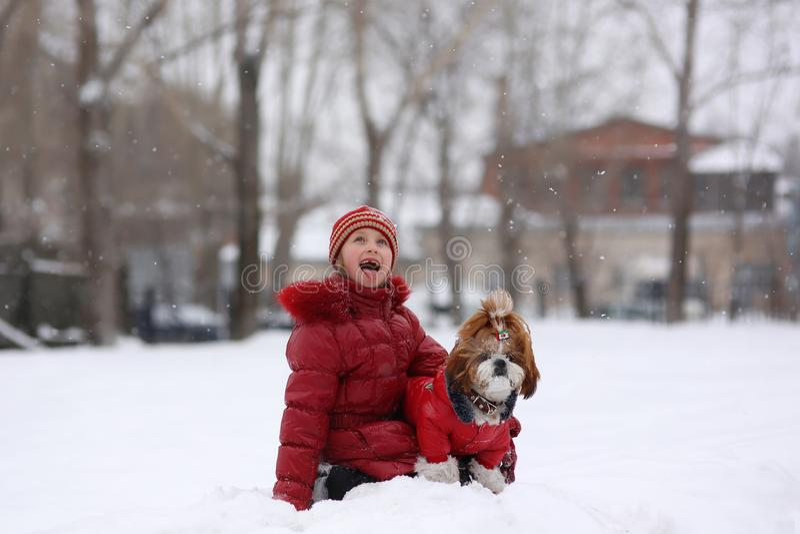 Kleines Mädchen mit Schoßhund für einen Weg lizenzfreies stockfoto