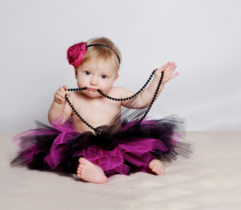 Kleines Mädchen mit schwarzen Kornen stockfotografie