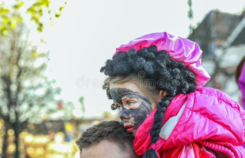 Kleines Mädchen mit schwarzer Farbe lizenzfreies stockbild