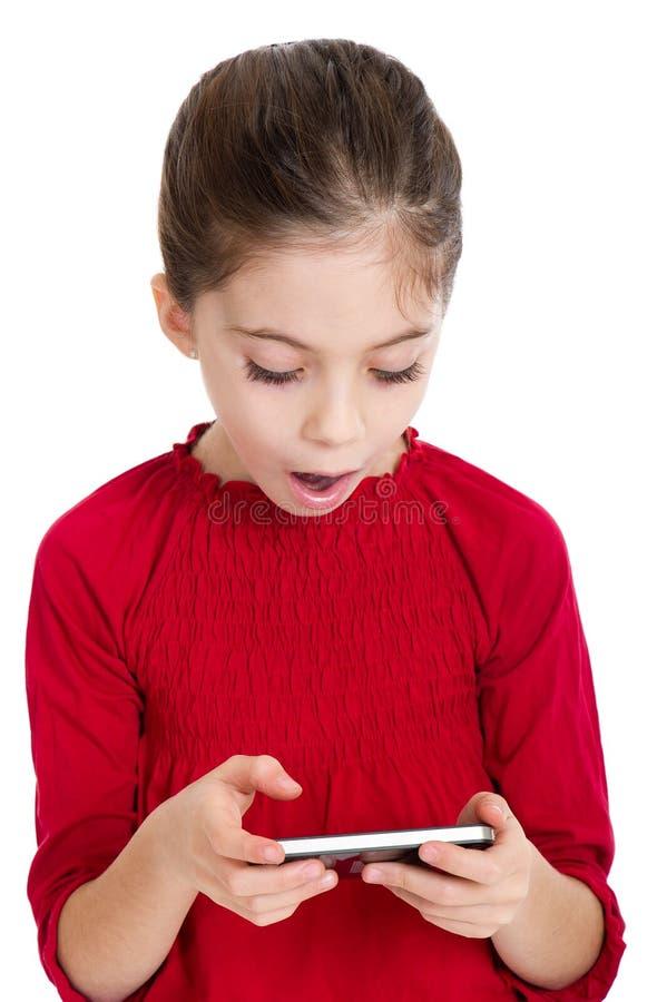 Kleines Mädchen mit smartphone lizenzfreie stockbilder