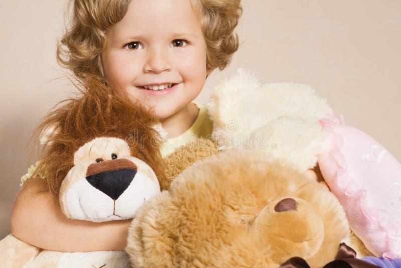 Kleines Mädchen mit Spielwaren stockbild