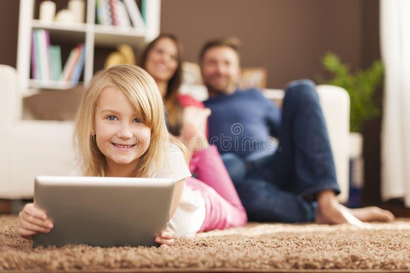 Kleines Mädchen mit Tablette lizenzfreie stockbilder