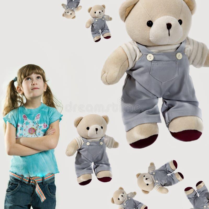 Kleines Mädchen mit Teddybär-trägt lizenzfreies stockbild