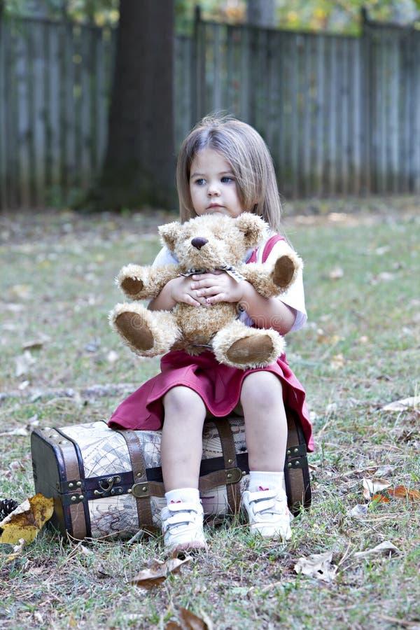 Kleines Mädchen mit Teddybären draußen stockfotografie