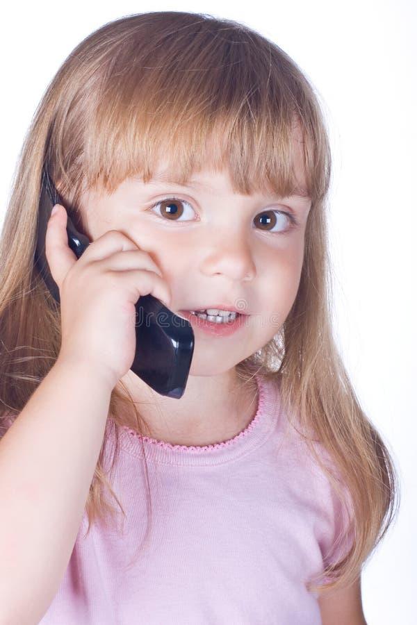 Kleines Mädchen mit Telefon stockfotos
