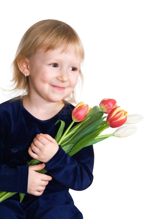 Kleines Mädchen mit Tulpen stockfotos